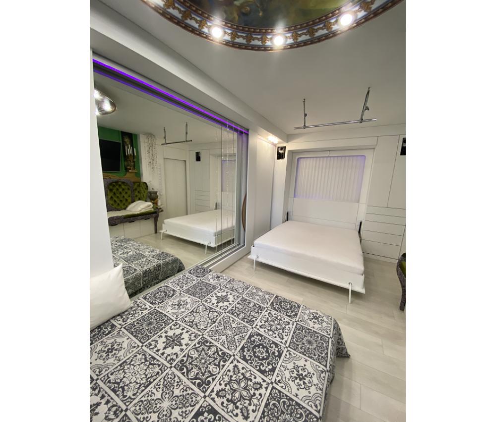 Белая комната  с кроватью трансформер: ул. Ангарская, д.185